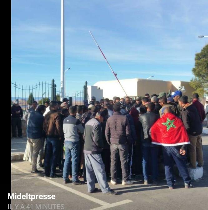 إعادة بناء طريق بوعمامة ايت سيدي بوموسى بايت عياش.تخرج الساكنة للاحتجاج.