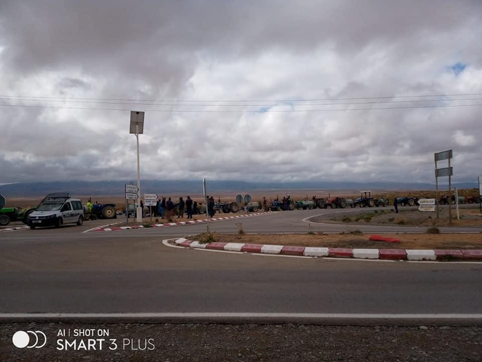 جرارات تغزو فضاءات ميدلت قادمة من منطقة ايت عياش لتعقيم المدينة .-فيديو-