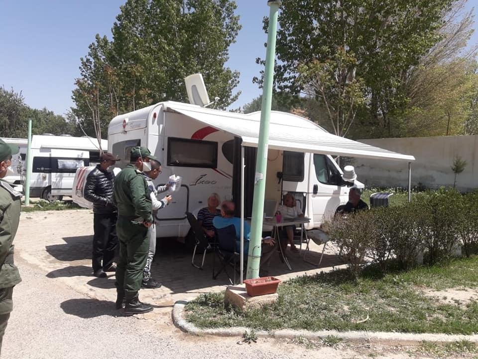 السلطات الإقليمية والطبية بميدلت تتفقد حالة سياح اجانب بمخيم المدينة