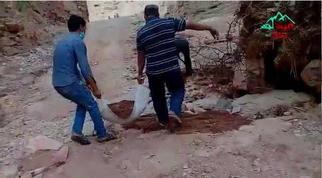 مواطنون من قصري سيدي عياد واحولي يحاولون فك العزلة عنهم بانفسهم+فيديو