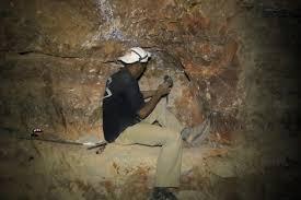 العمال المنجميين التقليديين بين مطرقة الموت في الانفاق ومطرقة مُحتكري شراء منتوجهم المعدني