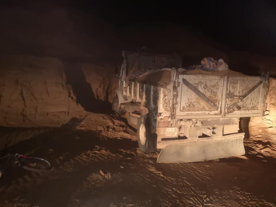 السلطات تتصدى لسارقي الرمال.