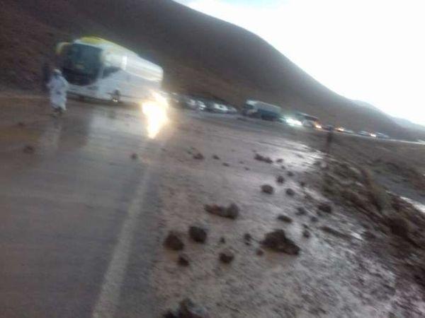 انهيار صخري يقطع الطريق الوطنية 13 على مستوى منطقة ايت خرو بالجماعة الترابية النزالة.